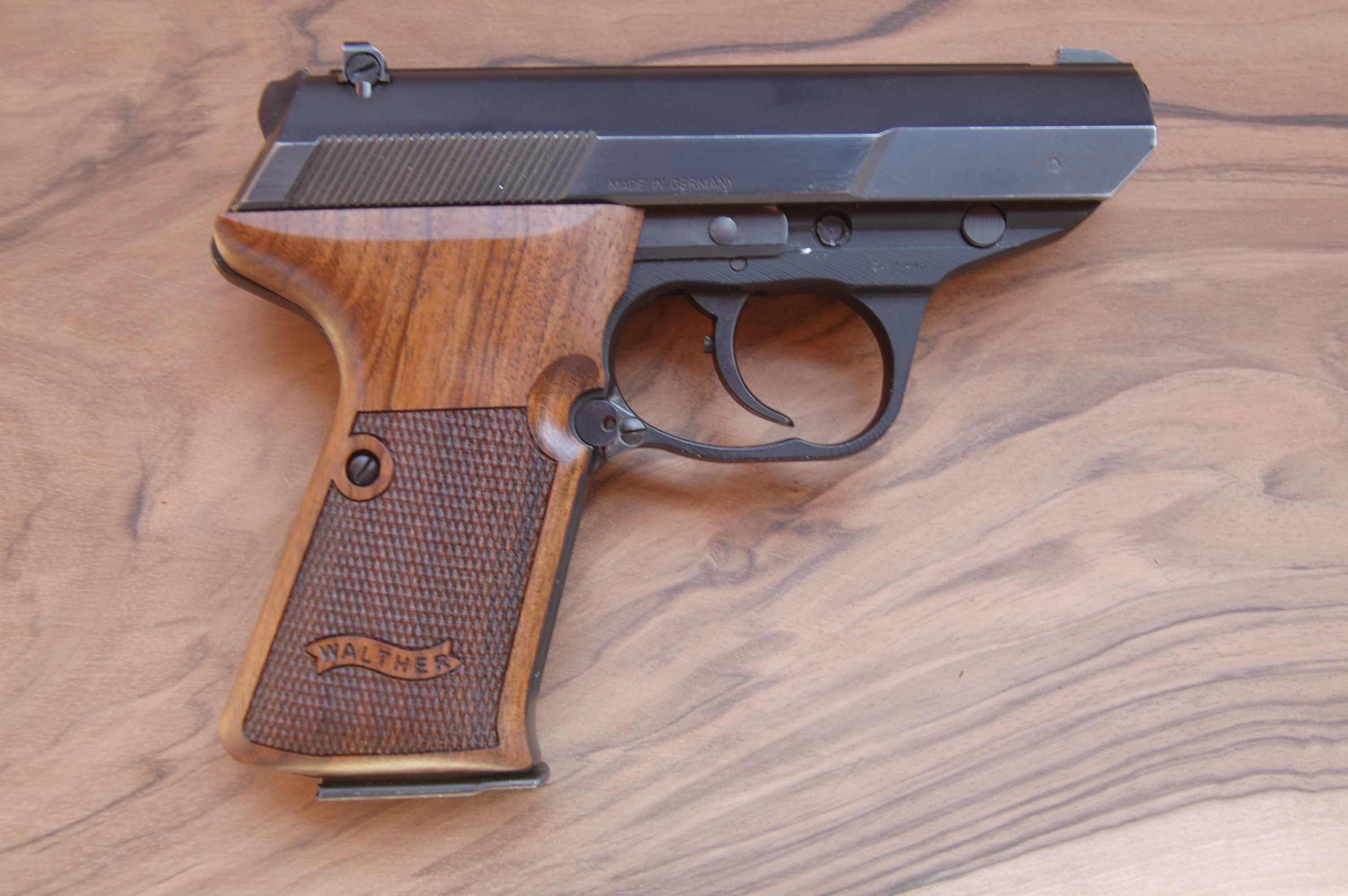 WALTHER P5 Compact side mag. rel. grips (ckrd+logo) - full size